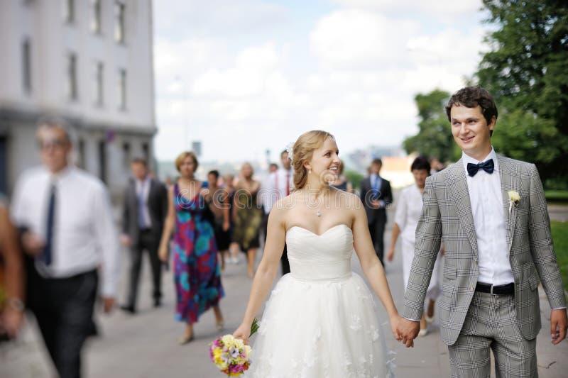 Gelukkige bruid en bruidegom die van genieten royalty-vrije stock afbeelding