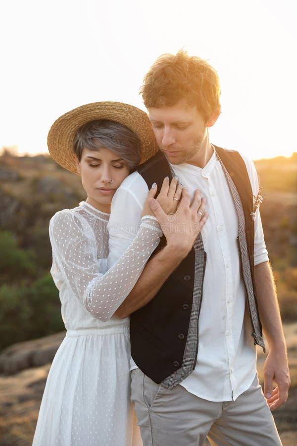 Gelukkige bruid en bruidegom die zich in openlucht bevinden royalty-vrije stock foto