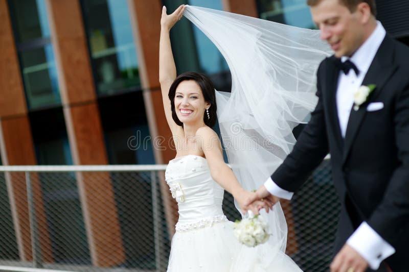 Bruid en bruidegom in een stad stock foto's