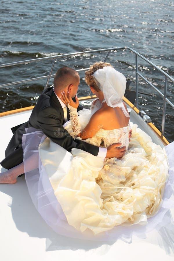 Gelukkige bruid en bruidegom op een luxejacht. royalty-vrije stock foto