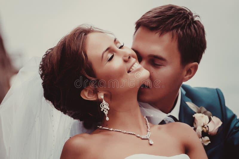 Gelukkige bruid en bruidegom op hun huwelijk stock foto's