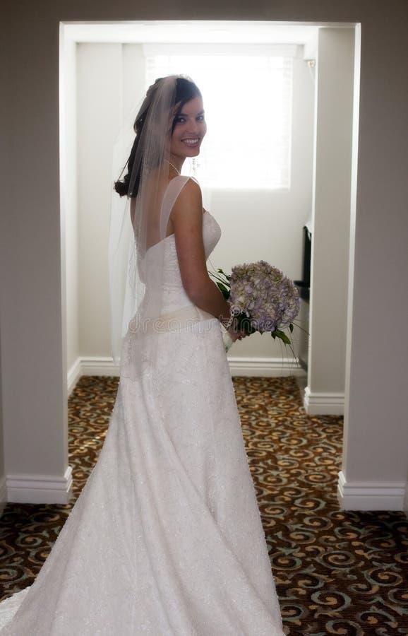 Gelukkige bruid in gang stock foto's