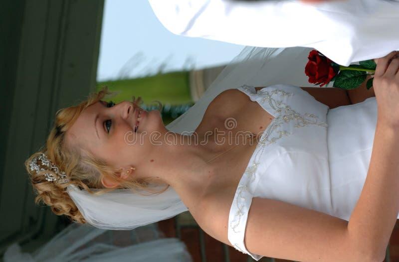 Gelukkige bruid tijdens ceremonie royalty-vrije stock foto's