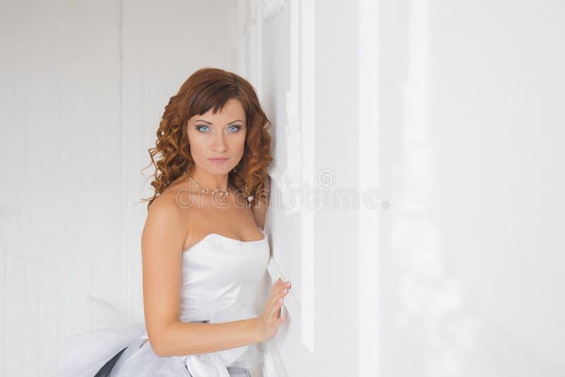 Gelukkige bruid in witte kleding op huwelijksdag royalty-vrije stock fotografie