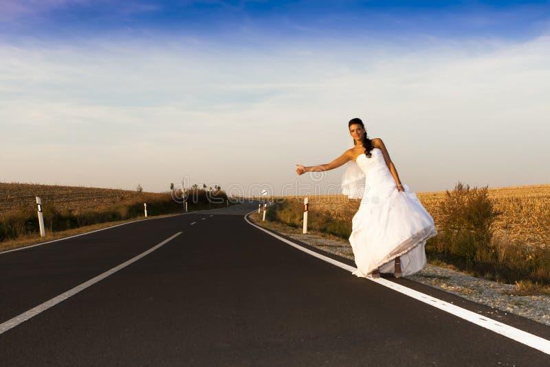 Gelukkige bruid in witte plechtige kleding. royalty-vrije stock fotografie