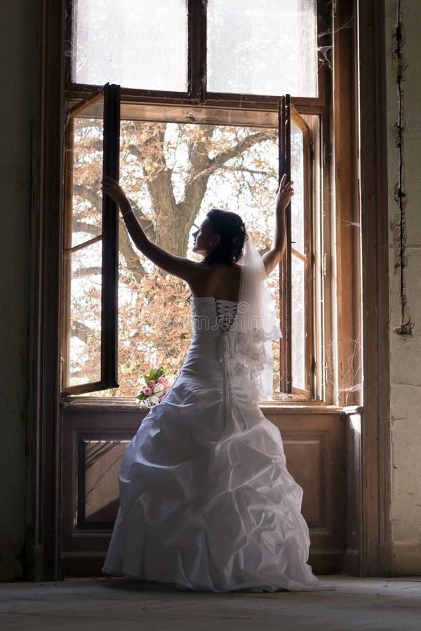 Gelukkige bruid in witte plechtige kleding. royalty-vrije stock foto