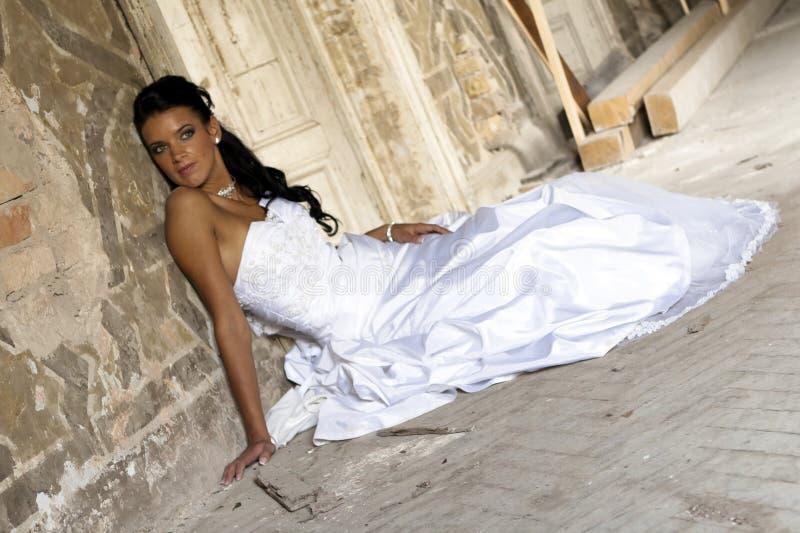 Gelukkige bruid in witte plechtige kleding. stock fotografie