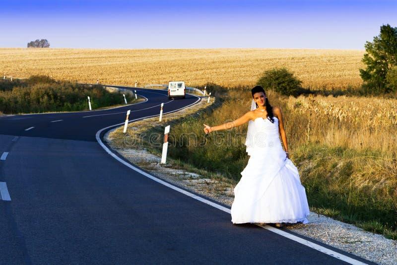 Gelukkige bruid in witte plechtige kleding. stock afbeelding