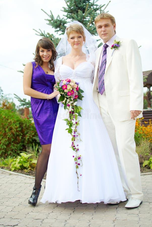 Gelukkige bruids partij buiten tijdens een huwelijk stock afbeeldingen