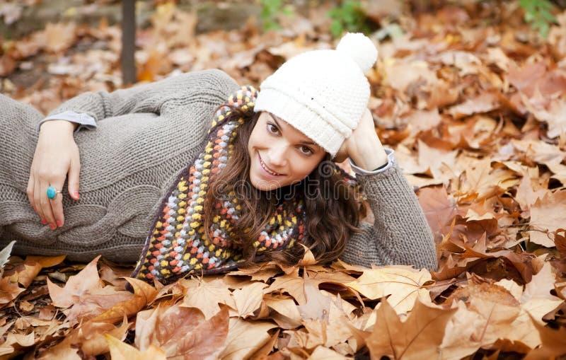 Gelukkige brunette in de herfst royalty-vrije stock foto