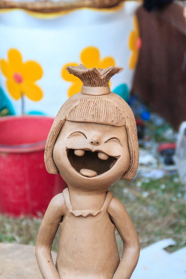 Gelukkige Ceramische poppen voor tuindecoratie Leuke ceramische kleipot stock afbeelding