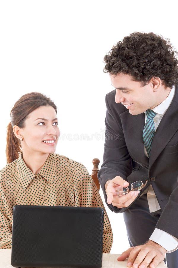 Gelukkige chef- en glimlachende secretaresse die aan computer samenwerken royalty-vrije stock fotografie