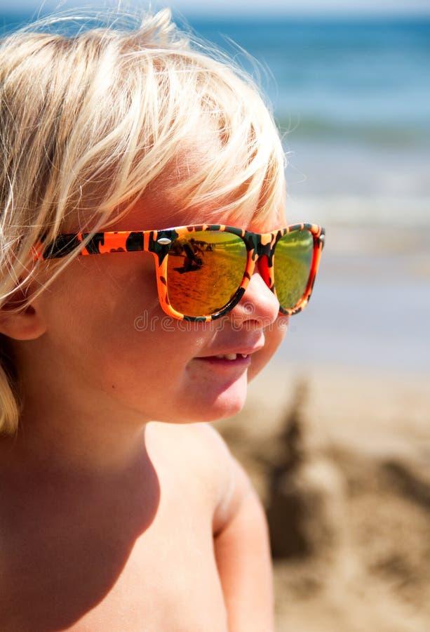 Gelukkige chil op het strand royalty-vrije stock afbeelding