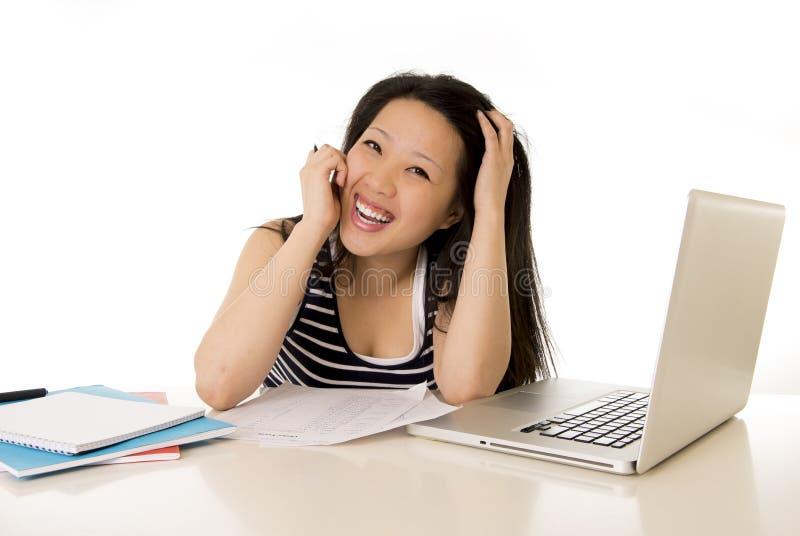 Gelukkige Chinese Aziatische studente werkende laptop royalty-vrije stock foto