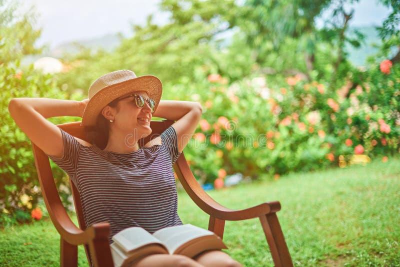 Gelukkige comfortabele jonge vrouw in terras stock afbeelding
