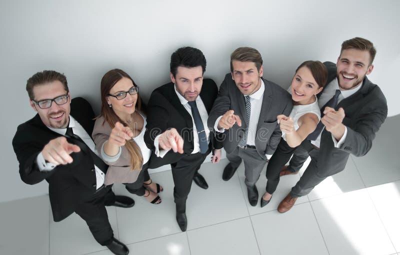 Gelukkige commerciële groep die op de camera richten stock foto