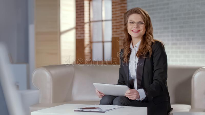 Gelukkige dame die in glazen tablet, advertentie van online cursussen, afstandsonderwijs houden stock foto's