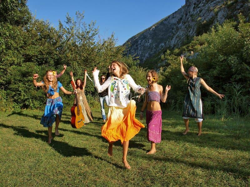 Gelukkige dansende familie