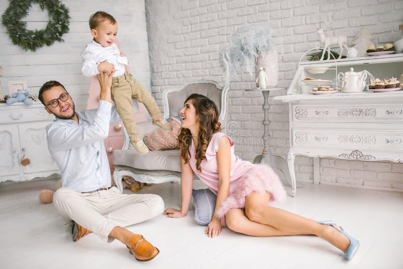 Gelukkige de babyjongen van de vaderholding met vrij jonge moeder royalty-vrije stock foto's