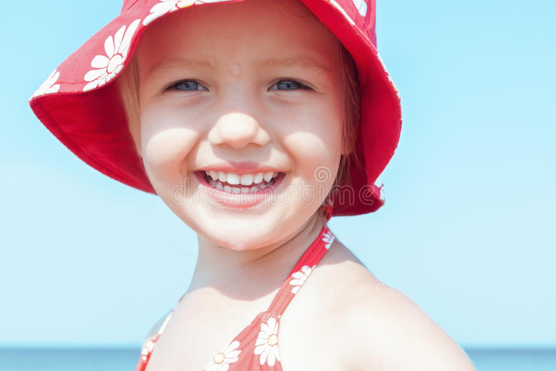 Gelukkige de glimlach dichte omhooggaand van het kindmeisje stock foto