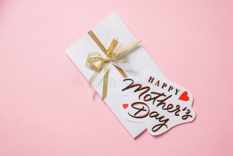 Gelukkige de Groetkaart van de Moeders Dag rood hart op inschrijving Maak kleurrijke gelukwens Bereid een aardige verrassing voor stock foto's