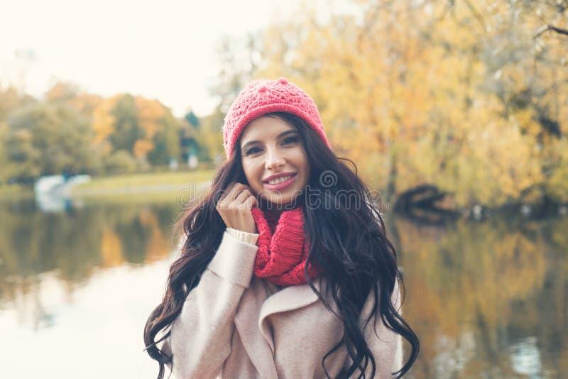 Gelukkige de herfstvrouw op de achtergrond van het dalingspark royalty-vrije stock fotografie