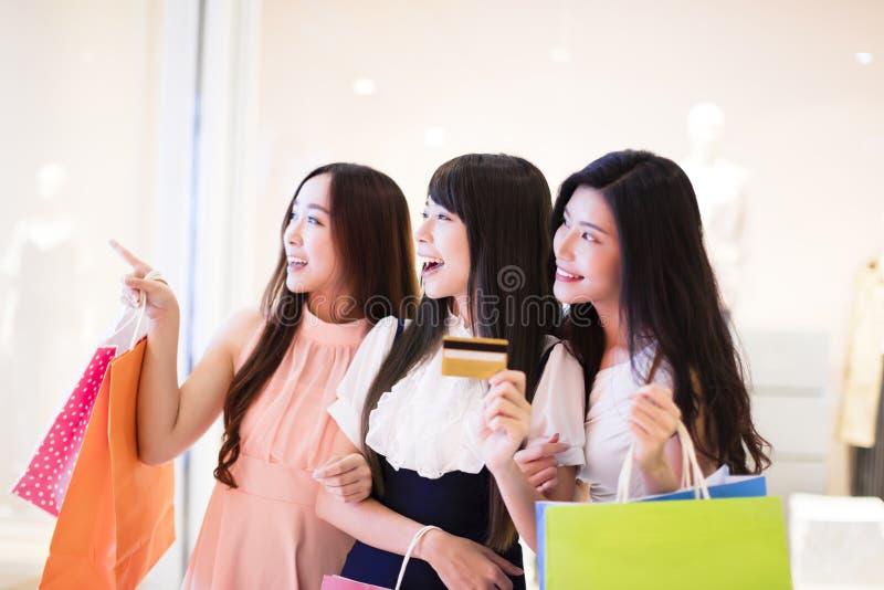 Gelukkige de holding van de vrouwengroep het winkelen zakken stock afbeelding