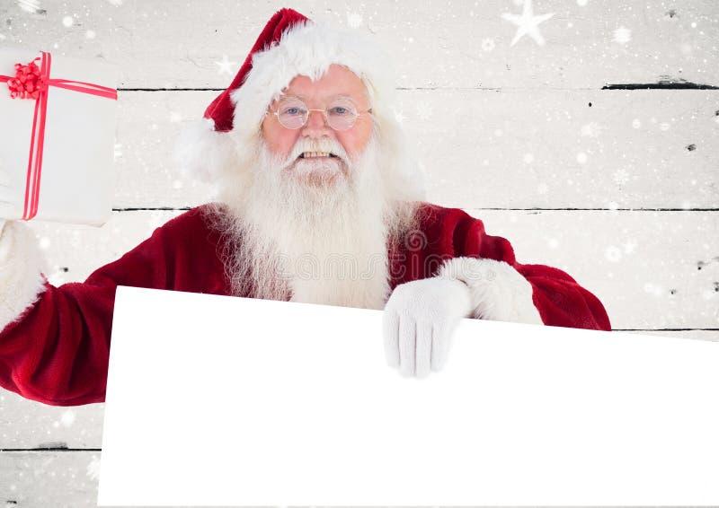 Gelukkige de holdings lege aanplakbiljet van de Kerstman en giftdoos stock afbeelding