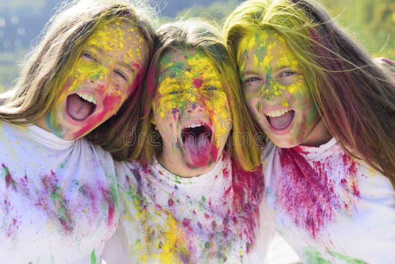 Gelukkige de jeugdpartij De optimistenlente vibes de kleurrijke make-up van de neonverf Positief en vrolijk Gekke hipstermeisjes royalty-vrije stock fotografie