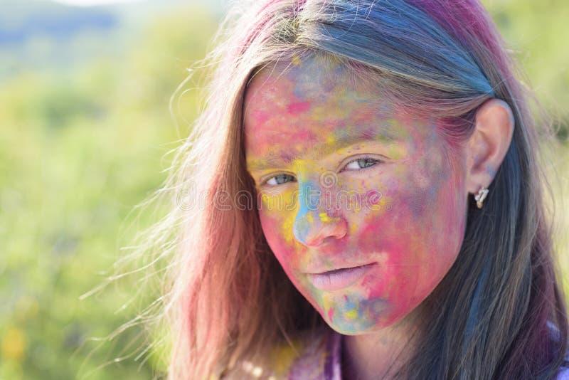 Gelukkige de jeugdpartij De optimistenlente vibes Positief en vrolijk Gek hipstermeisje De zomerweer Kind met stock afbeelding