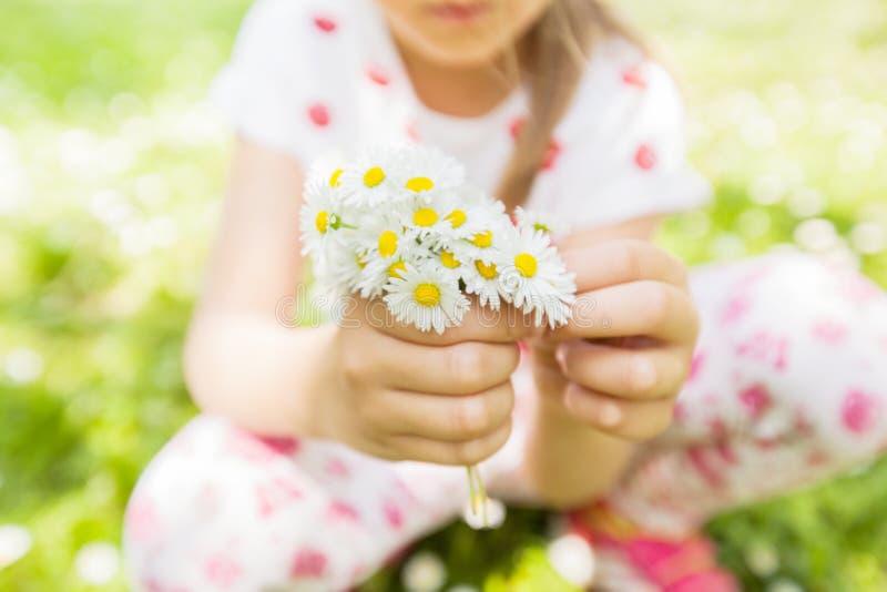 Gelukkige de Lente van de kindaard stock foto
