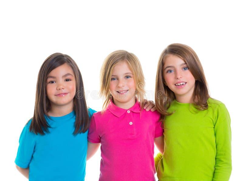 Gelukkige de meisjesgroep die van kinderen samen glimlacht stock afbeelding