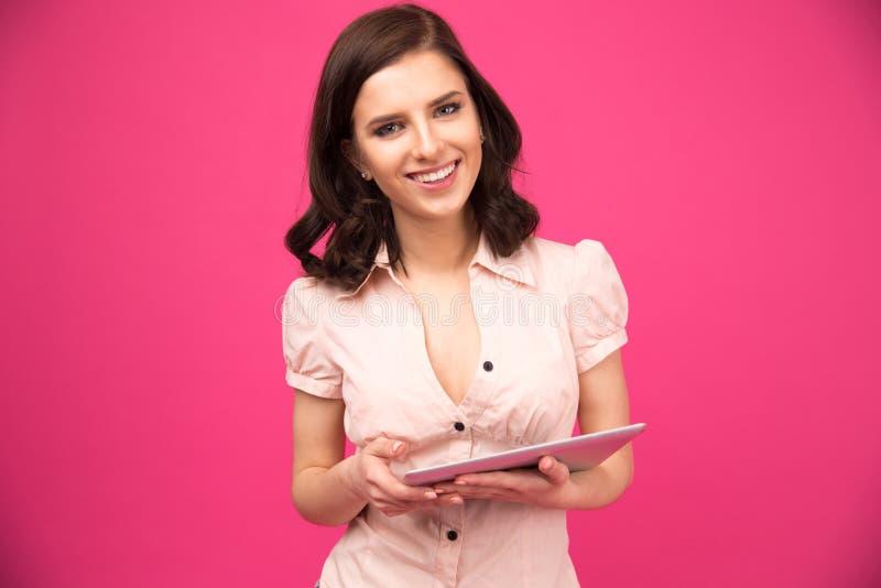 Gelukkige de tabletcomputer van de vrouwenholding stock afbeeldingen