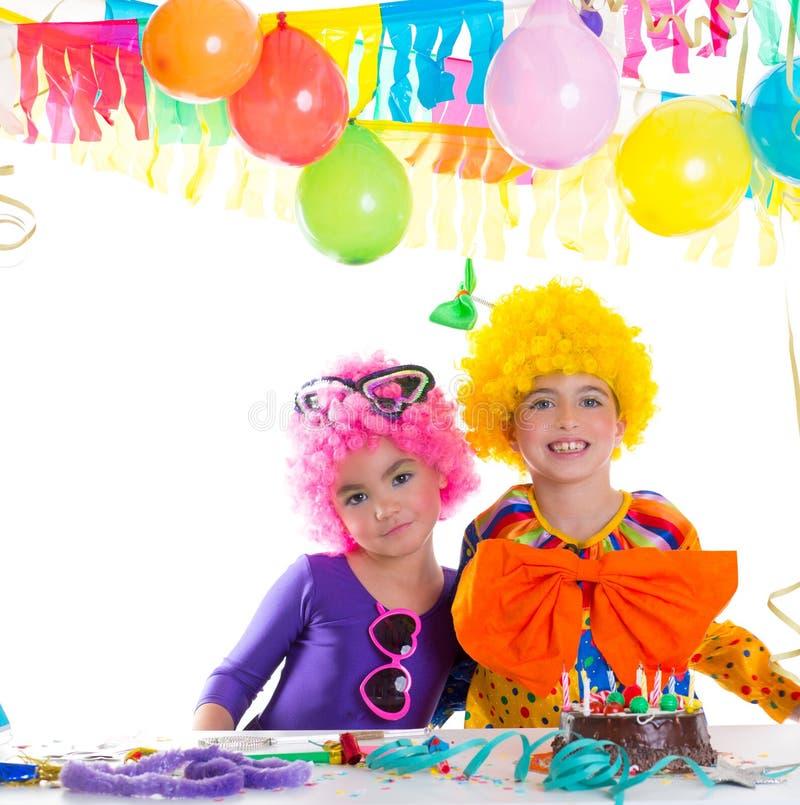 Gelukkige de verjaardagspartij van kinderen met clownpruiken royalty-vrije stock fotografie
