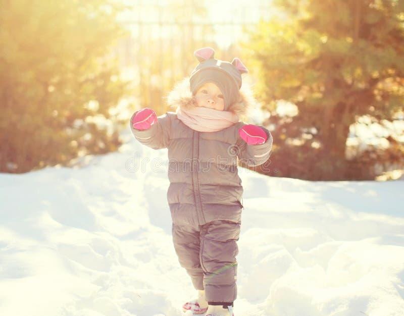 Gelukkige de winter glimlachend weinig kind het spelen royalty-vrije stock afbeelding