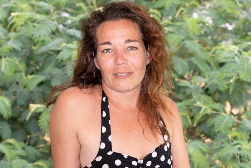 Gelukkige de zomervrouw die in park in openlucht portret lachen royalty-vrije stock foto