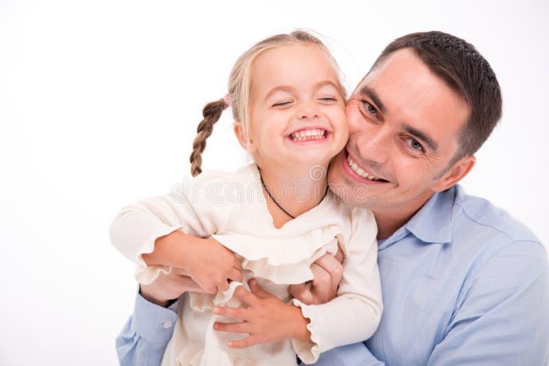 Gelukkige die familie op witte achtergrond wordt geïsoleerd royalty-vrije stock fotografie