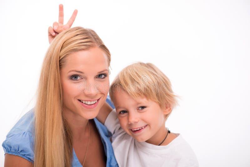 Gelukkige die familie op witte achtergrond wordt geïsoleerd royalty-vrije stock afbeelding