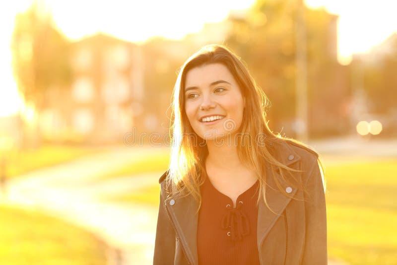 Gelukkige die tiener in de straat bij zonsondergang wordt afgeleid royalty-vrije stock afbeelding