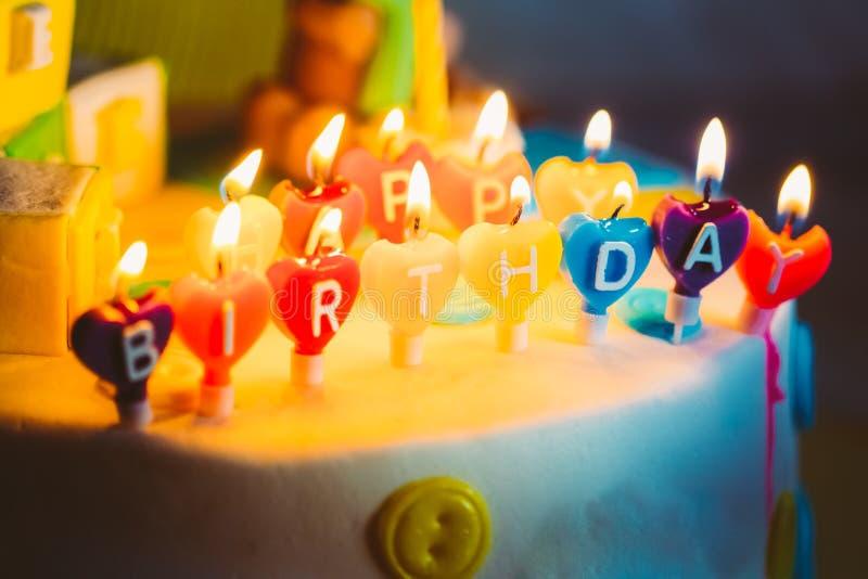 Gelukkige die Verjaardag in Lit-Kaarsen op Kleurrijk wordt geschreven stock afbeeldingen