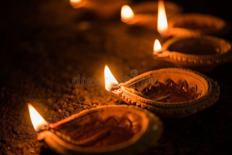 Gelukkige Diwali - vele van de Terracottadiya of olie lampen schikten over kleioppervlakte of grond in één lijn of bogen of uitge stock foto