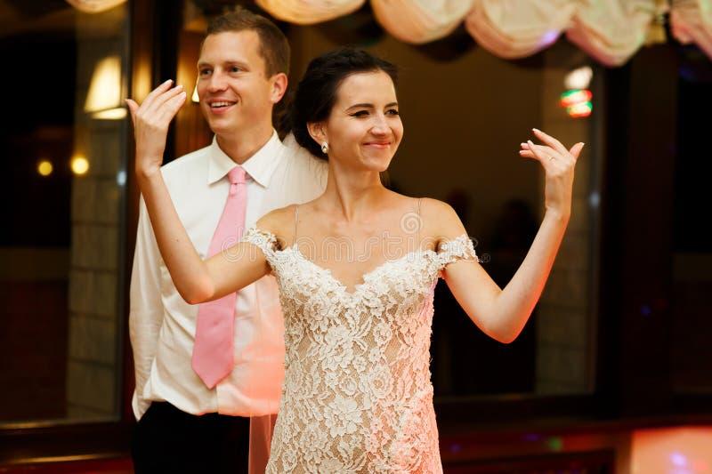 Gelukkige donkerbruine bruid in uitstekende witte kleding en knappe bruidegom D stock fotografie