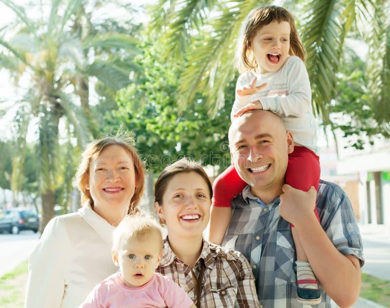 Gelukkige drie generatiesfamilie in de zomer royalty-vrije stock fotografie