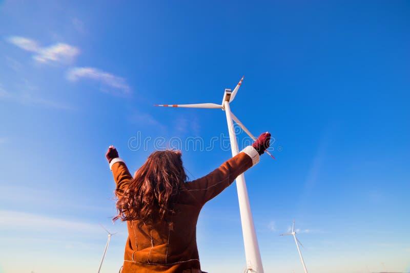 Gelukkige ecovrouw met omhoog handen royalty-vrije stock fotografie