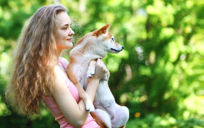 Gelukkige eigenaar het lopen hond royalty-vrije stock foto