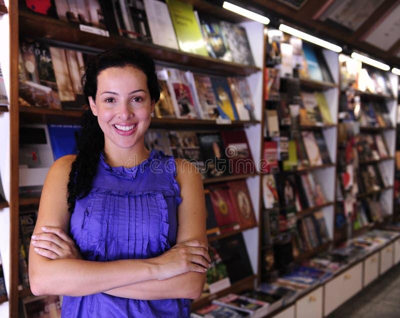 Gelukkige eigenaar van een boekhandel royalty-vrije stock afbeeldingen