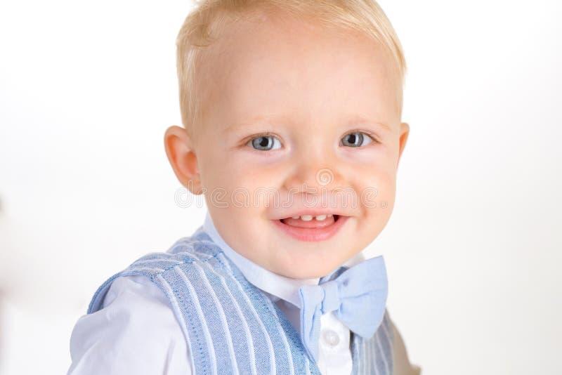 Gelukkige elegantie De modetrends van kinderen Het kleine kind gelukkige glimlachen Het jongenskind met manier kijkt Kleine baby  stock foto's