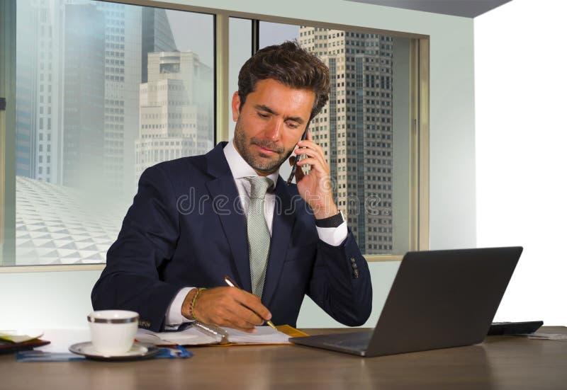 Gelukkige en aantrekkelijke succesvolle zakenman die op modern kantoor in het centrale bedrijfsdistrict tevreden en zeker glimlac royalty-vrije stock foto's
