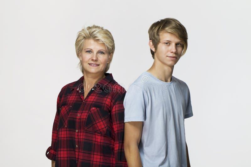 Gelukkige en glimlachende moeder en zoon Het houden van familieportret stock foto's