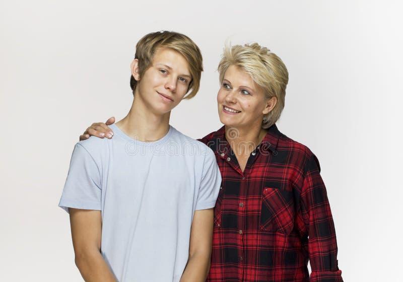 Gelukkige en glimlachende moeder en zoon Het houden van familieportret tegen royalty-vrije stock fotografie